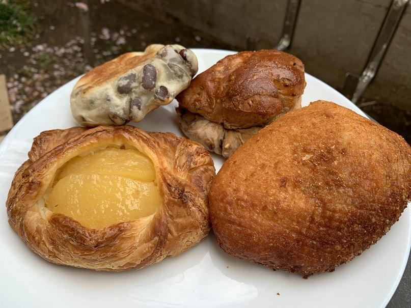 豆パン、くるみパン、リンゴカスタードパン、カレーパン!